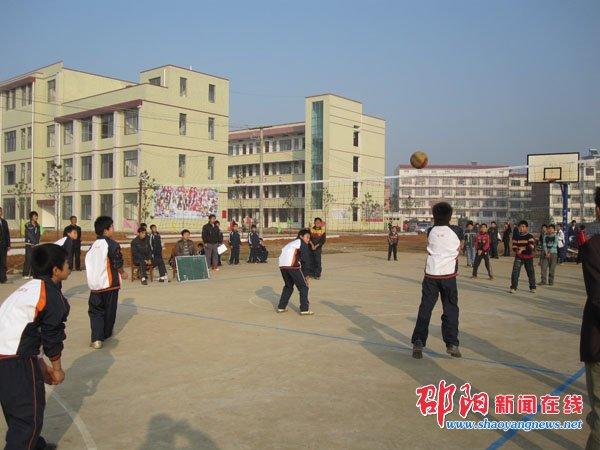邵阳县岩口铺镇中心学校举行小学生排球赛图片