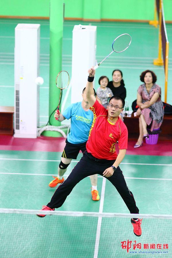 邵阳市第八届羽毛球锦标赛开赛 160多名选手参赛