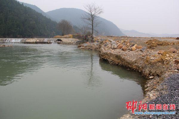 隆回县西洋江镇运砂便道修到河道正中央