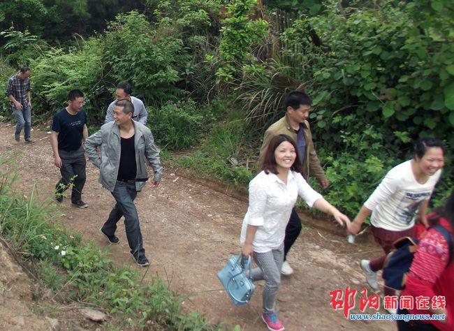 邵阳县房产局举行迎五一登山比赛