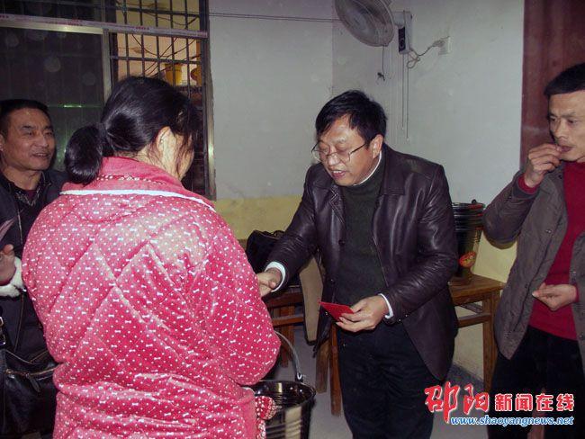 邵阳县卫计局在职党员进社区送温暖