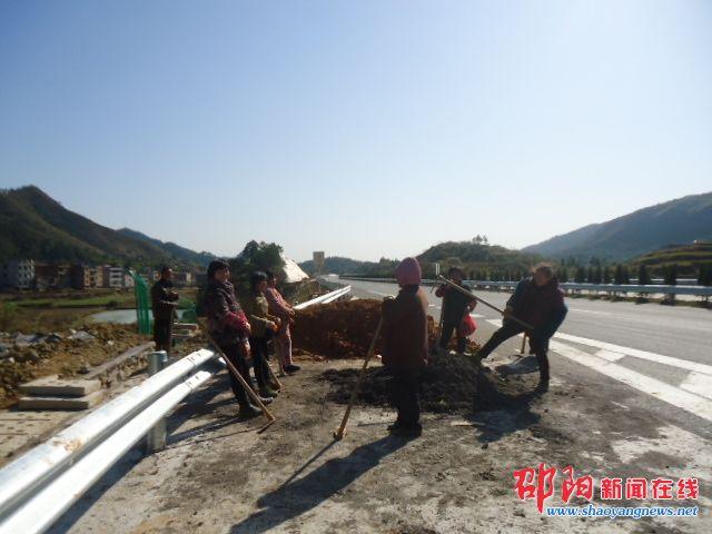 邵坪高速抓紧时间清理路面迎检通车